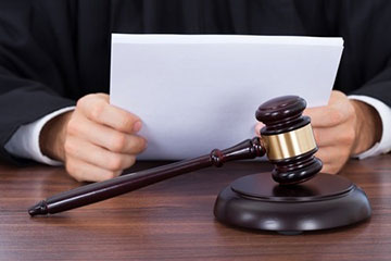 Avvocato trattiene denaro del cliente: niente radiazione senza appropriazione indebita aggravata